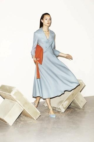 Szara rozkloszowana sukienka Simple, długość do połowy łydki