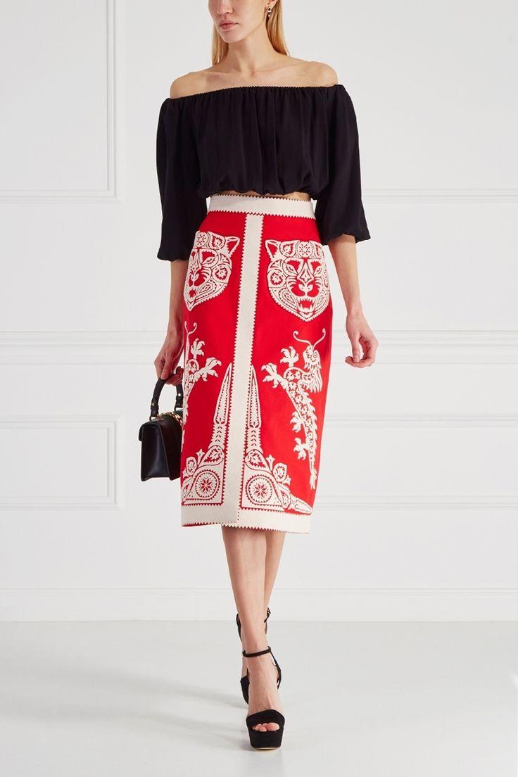 Юбка средней длины из коллекции культового бренда Gucci выполнена из плотного хлопка красного цвета. Украшением модели стала контрастная аппликация в виде драконов и голов тигров. Эта юбка, созданная в узнаваемом стиле бренда, будет сочетаться с облегающей водолазкой и туфлями на устойчивом каблуке.
