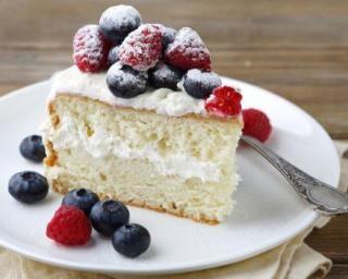 Gâteau minceur vanille et fruits rouges, glaçage au mascarpone : http://www.fourchette-et-bikini.fr/recettes/recettes-minceur/gateau-minceur-vanille-et-fruits-rouges-glacage-au-mascarpone.html