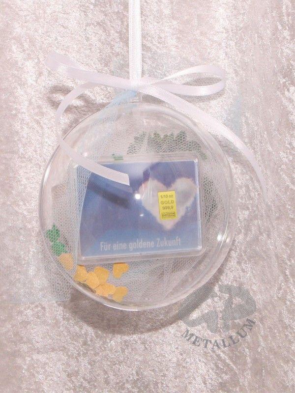 3,1 g (1/10 Unze) Goldbarren in dekorierter Acrylglaskugel, Durchmesser 12 cm mit einem Satinband zum Aufhängen, in der Länge änderbar, mit einem Kleeblatt aus künstlichem Buchsbaum & einem Hufeisen und Streudeko: Kleeblätter & goldene Herzen http://www.gp-metallum.de/1-10-Unze-Goldbarren-Flipmotiv-goldene-Zukunft-Jugendweihe-in-dekorierter-Acrylglaskugel