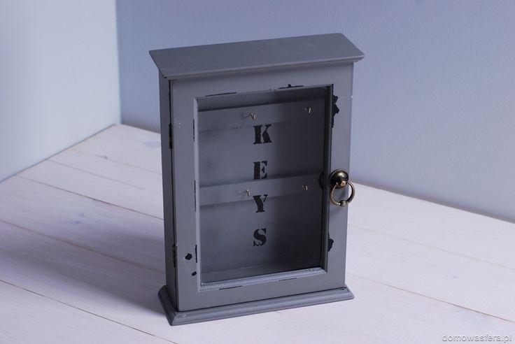Szara szafka, która wyeksponuje klucze, znajdujące się za drzwiczkami z szybą. Drzwiczki zamykane są na magnes. Niebanalna i funkcjonalna ozdoba przedpokoju. Kwintesencja aranżacji w stylu vintage.