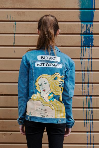 Buy art, not cocaine. Jaqueta jeans pintada a mão. Hand painted denim jacket.