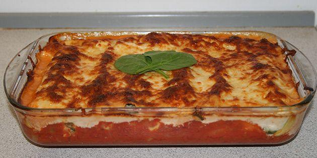 Fantastisk ret, hvor friske lasagneplader rulles om cremet fyld med spinat og bages i ovnen med tomatsauce og ost på toppen.