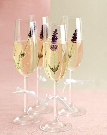 Sektempfang mit Blüten - weddingstyle.de