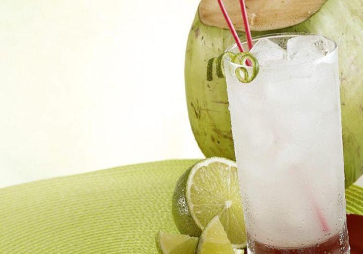 Sirva a limonada com água-de-coco bem gelada. É revigorante para o café da manhã!