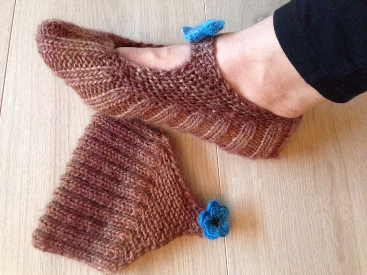 Knitted pocket slippers in the yarn 'Magic Wool DeLuxe'.