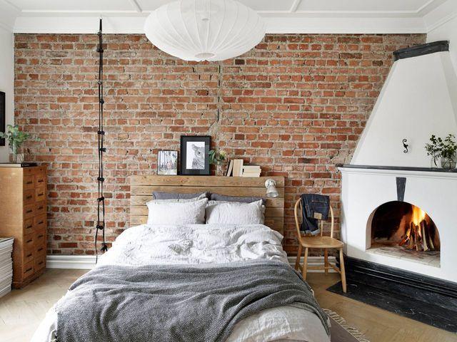 Une chambre cosy avec cheminée.