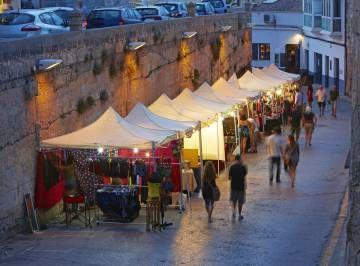 Puestos de un mercadillo callejero en Ciudadela (Menorca).