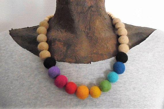 Collana con perle di feltro arcobaleno in di TesoriDiCraftRoom