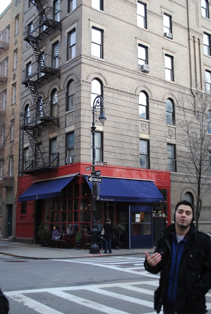 Building from Friends TV show, NY TV & Movie Sites Tour. Located at 100 Bedford St.  Corner  of  Grove St in Greenwich Village Southwest of Manhattan New York City 10014. Apt 20