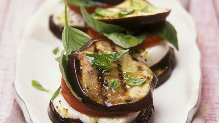 Auberginentaler mit Caprese-Füllung - smarter - Kalorien: 266 Kcal - Zeit: 30 Min. | eatsmarter.de