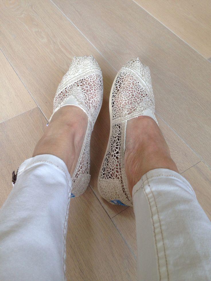 Alsof ik m'n trouwschoenen aan had ..  Ze lijken er inderdaad ook best veel op, alleen zijn dit m'n nieuwe heerlijke summer #shoes #toms 10|05|2015