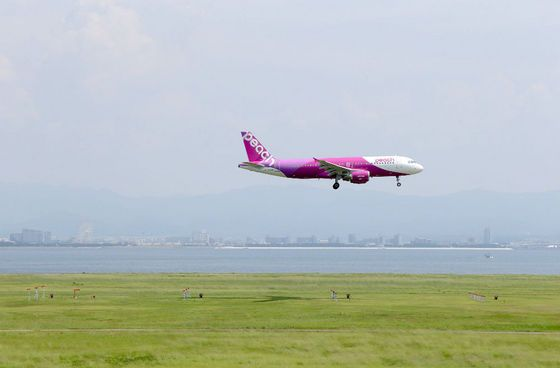 It may posess an eye-watering colourscheme and use the most contrived acronym ever, but this Airbus A320 belonging to Japanese low-cost carrier Peach Aviation looks striking against the green foreground as it comes in to land at Osaka.