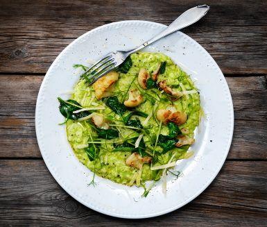 Superfräsch risotto med ärter och blomkål i en fin duett! Fräs, bryn och puttra, rosta, sjud och mixa. Och vips, så är ärtrisotton klar att servera. Smaklig spis!