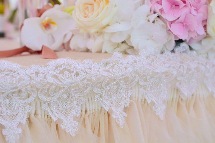 Aranjament Prezidiu Wedding Ideas Laced border table cloth