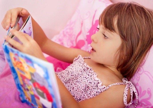 Conoce los beneficios de leer un cuento a los niños antes de dormir.