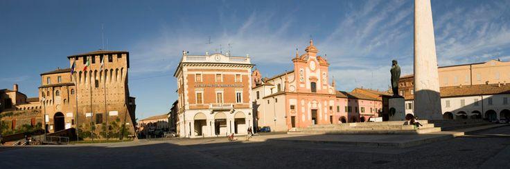 Piazza Baracca con Rocca Estense, Chiesa del Pio Suffragio e Monumento a Francesco Baracca #Lugo di #Romagna