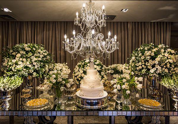 Decoração clássica em verde e branco na Casa Petra - Constance Zahn | Casamentos