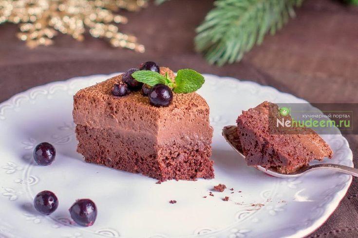 Влажный, пористый шоколадный бисквит в сочетании с трюфельным кремом с легким ароматом рома не оставит равнодушными ни больших любителей шоколада, ни просто любителей шоколадных десертов. Бисквит готовится очень просто, а мультиварка Polaris PMC 0516ADG, отличающаяся равномерным нагревом и поддержанием стабильной температуры в чаше, делает трюфельный торт идеальным!