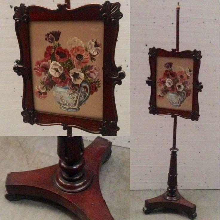 piètement tripode en acajou , formant pare feu ,cadre comportant un travail de soierie, décor vase agrémenté de fleurs . XIX siècle .