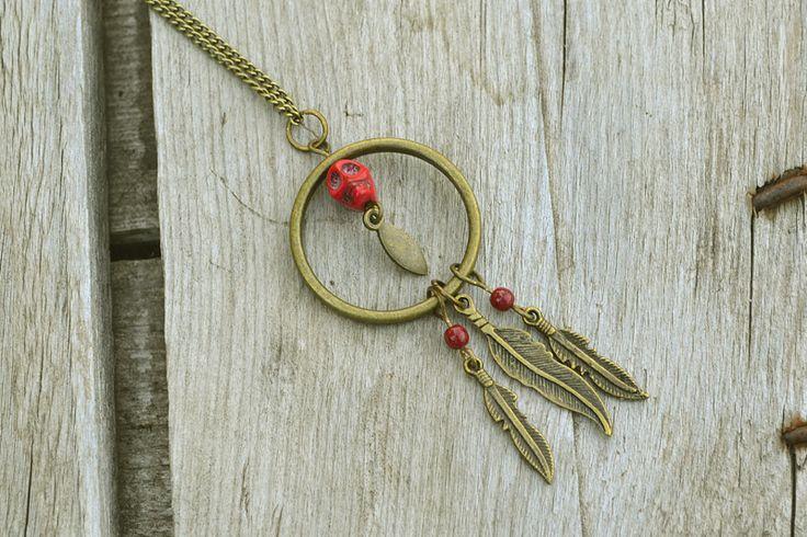Collier d'inspiration Aztèque au pendentif de plumes et de crâne. Couleur rouge.