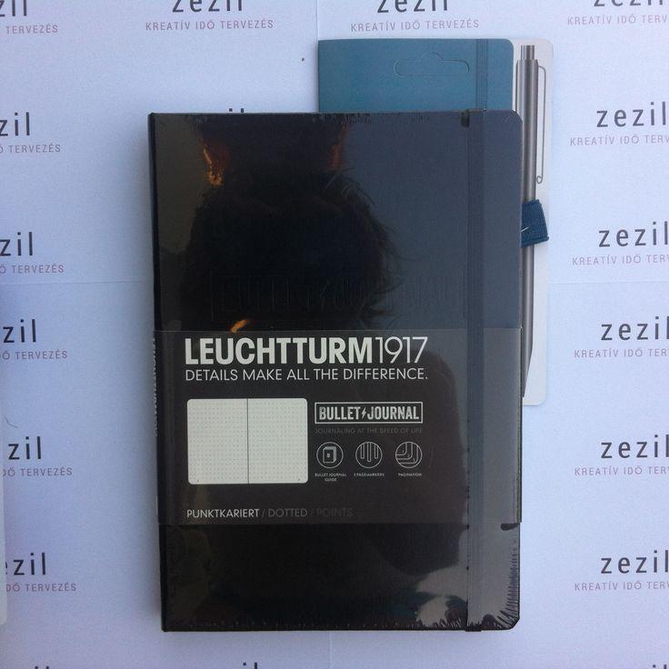 Fekete színű Leuchtturm1917 Bullet Journal északi kék színű tolltartó gumival.    Leuchtturm1917 | pen loop | zezil