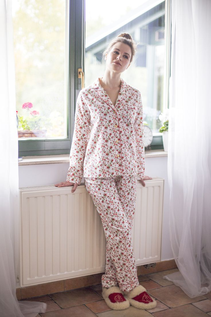 Pizama-ikona, nasz flagowy model, inspirowany tradycyjnąmęską piżamą.  Uszyta z ciepłej, miękkiej flaneliw urocze kwiatki, idealna na wieczory z książką i herbatą. Gwarantujemy też, że łatwiej się w niej wstaje.  Nogawki są na tyle wąskie, że nie podwijają się podczas snu, a jednocześnie odpowiednio szerokie, żeby zapewnić stuprocentową wygodę. Całośćwykończona jest stylową lamówką i złotymi guzikami.  Do kompletu mamy pasującą opaskę do spania, do kupienia tutaj.