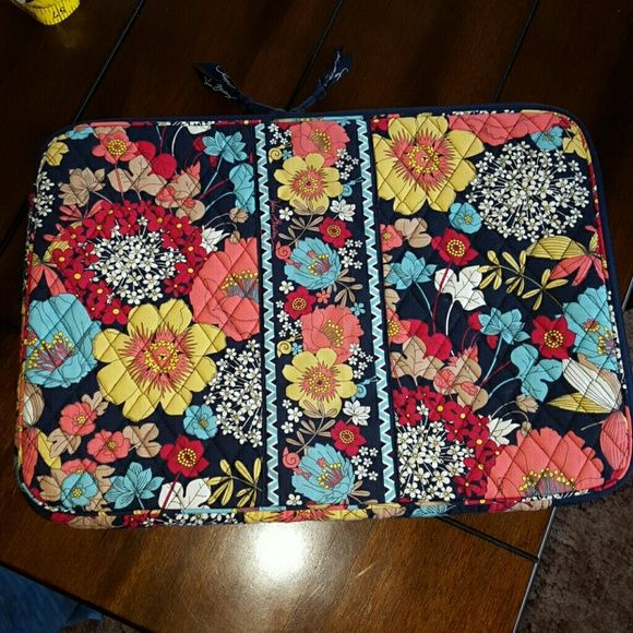 Vera Bradley laptop sleeve/case Vera Bradley laptop sleeve/case, in happy snails, great condition. measures about 19 inches diameter. Vera Bradley Accessories Laptop Cases