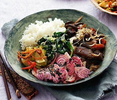 Ett mustigt långkok på högrev och lite av en blinkning till den koreanska rätten bibimbap där marinerat kött bjuds i en skål med ris och grönsaksplock. Laga gärna högrevsgrytan en dag eller två i förväg – den blir bara godare ju längre den står.