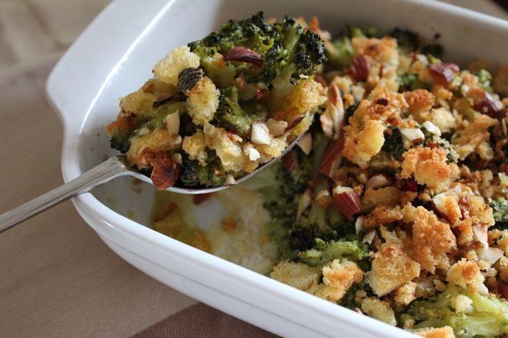 Puliamo i broccoli, dividiamo le cimette e lessiamo tutto in acqua salata. Tagliamo il pane a fette – ne serviranno una decina circa, in base alla ...