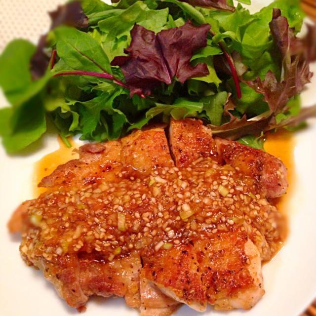 今夜の晩ご飯に これは油淋鶏の梅バージョンかな〜(笑) 鶏もも肉を焼き目をつけて良く焼いたものに☝️このタレをかけるだけの簡単レシピなんだけど このタレが美味い 少し多めに作り、付け合せのサラダにかけても良い2~3日程度なら冷蔵庫保存し、奴にかけたり☝️しゃぶしゃぶのタレにしても良いと思うヨ 友人や家族にも好評だったので^_−☆ 梅肉の効いたタレが食欲唆るよ(笑) - 213件のもぐもぐ - カリカリ鶏肉のうま梅ソース by whalersvill48