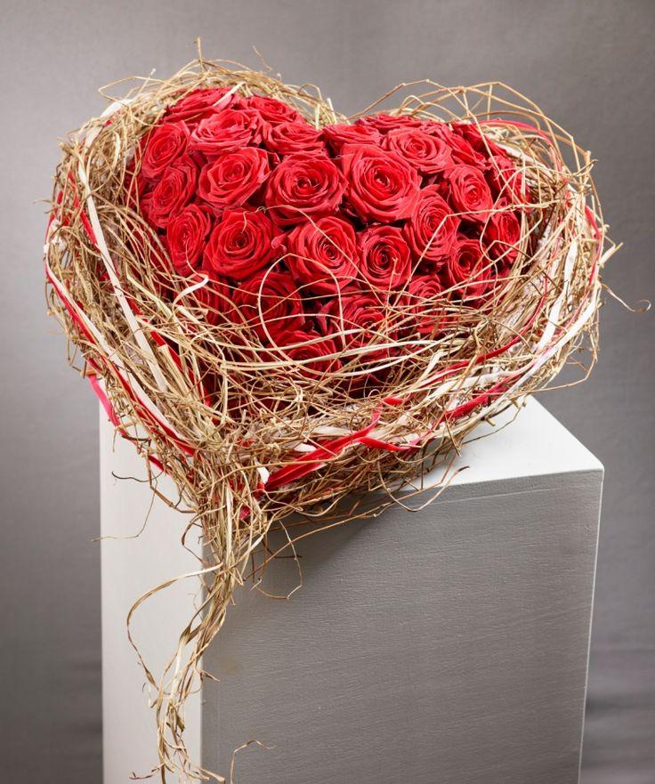 Für Dich soll es rote Rosen regnen... Super romantisches Herz mit Rosen der Sorte Red Naomi zu Valentin von Leoni Gehr, Deutsche Vizemeisterin der Floristen   Foto: Fachverband Deutscher Floristen, J. Manegold