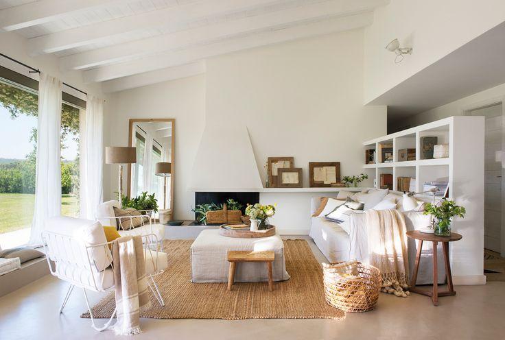 Salón blanco con grandes ventanales y muebles librería a modo de separador con el pasillo_ 00461762b