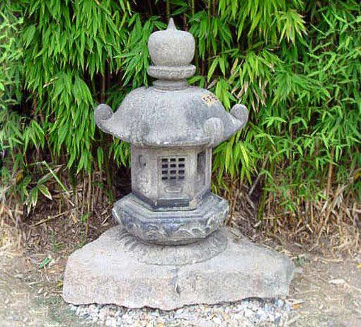 Ancienne lanterne Japonaise en granit sculpté composée de six éléments  JAPON XVIII è siècle  EDO  Hauteur 115 - Diamètre 60 cm Fût : Hauteur 65 cm | Chapeau : Diamètre 60 cm