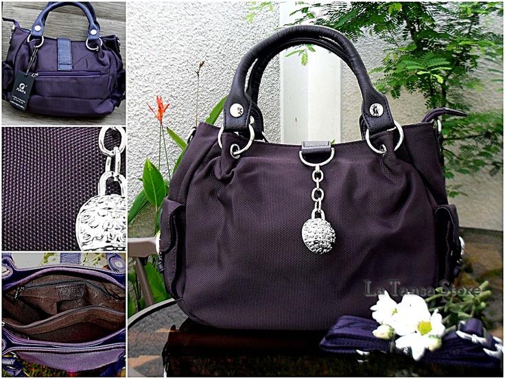 Kode: HB-JPP475  Harga Rp.199.000 Diskon 10% --> Rp. 179.100  (Reseller: 169.100)  Warna: Dark Purple  Ukuran: 27 x 21 x 10 cm  Dilengkapi Dust bag  +- 800 g  Tali pendek : 33 cm, permanen  Tali panjang: maks. 120 cm  Interior:  2 kantong utk HP/Gadget   1 kantong resleting  1 kantong resleting di tengah tas (tas 2 ruang)  Eksterior:  1 kantong resleting bag. belakang