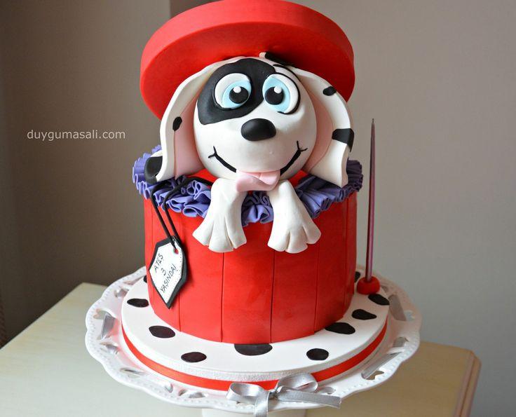 ATEŞ 3 YAŞINDA! :) Hediye kutusu şeklindeki doğum günü pastasından çıkan bu tatlı köpek kimi mutlu etmez ki... <3 duygumasali.com #giftbox #giftboxcake #butikpasta #edirnebutikpasta #edirnepasta #edirne #birthdaycake #3thbirthday #kidsbirthday #köpeklipasta #hediyekutusu #hediyepaketi #handmade #homemade #yummy #foodpics #fondant #fondantcake #sekerhamuru #cakestagram #instacake #dogumgunupastasi #dalmatian #cake #3yaş #duygumasali #red #dogcake #doggy