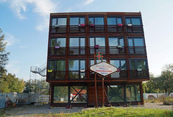 """#Wohnen in einem Container? Eine Studentin berichtet von ihrer Wohnung im Berliner Containerdorf """"EBA51"""". Aus Frachtschiffscontainern entstehen kleine Wohnungen, in denen es sich gut leben lässt. #Berlin"""