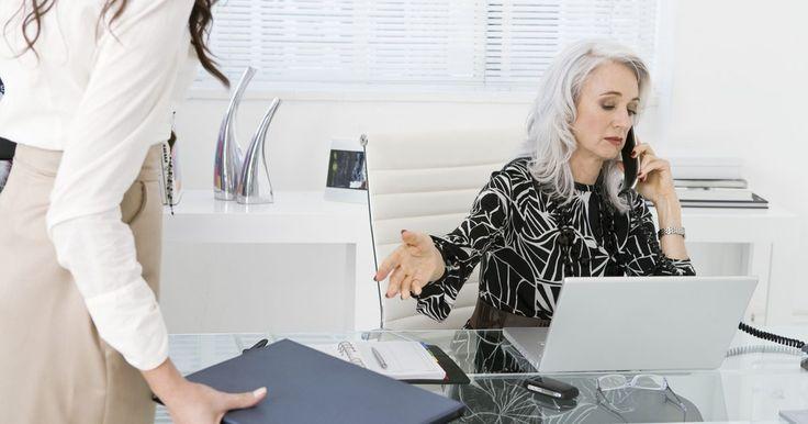 Descripción del trabajo de una asistente personal. Una asistente personal, o PA, también se puede llamar asistente ejecutiva, asistente administrativa o secretaria. Las perspectivas de empleo para asistentes personales es media, y el salario medio de los asistentes personales en el 2008 fue de aproximadamente US$ 40.000 por año.