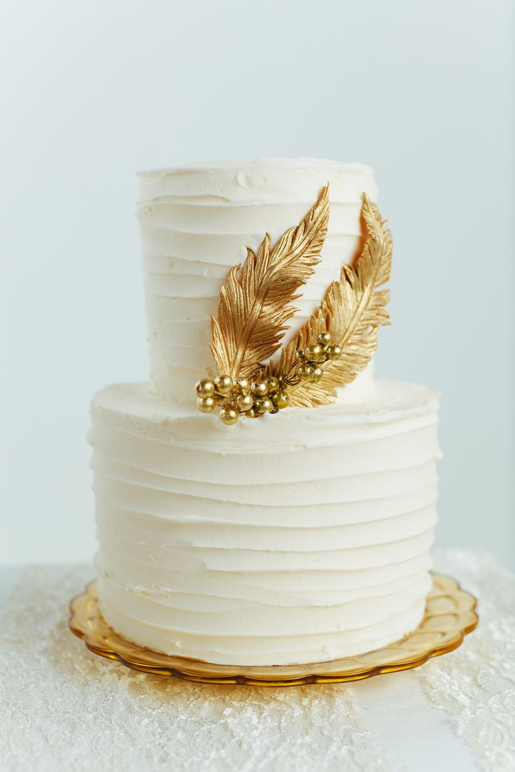 Gold and white cake | Photography: Cojo Photo - www.cojophoto.com