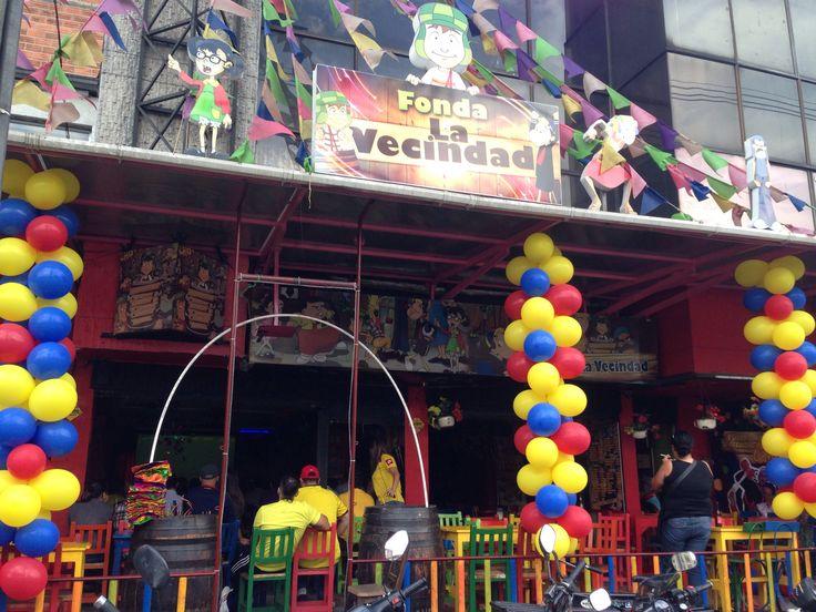 Desde la Fonda La Vecindad ubicada en la avenida 33, cerca al centro comercial Unicentro, se vive con entusiasmo el primer tiempo del partido de clasificación de Colombia vs. Chile