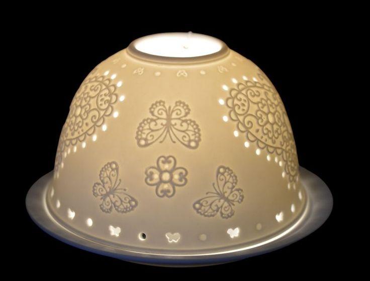 Biały ceramiczny lampion z motylem w kolorze białym. Lampion na świeczkę typu podgrzewacz. Ściągana kopułka - świeczkę ustawiamy na talerzyku. Lampion ażurowy - pięknie wygląda wieczorową porą - daje delikatną poświatę. Będzie ozdobą na stole, na komodzie lub w restauracji. Również taki lampionmożemy ustawić na parapecie. Pasuje do każdego stylu wnętrzarskiego.