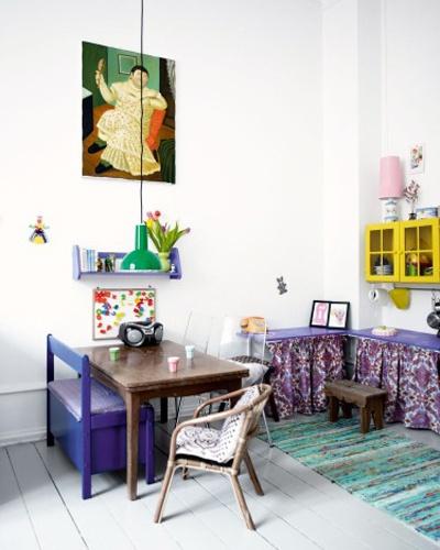 murs blancs et touches de couleurs : jaune-violet-vert-bois