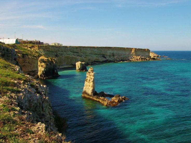 Sign of the past. Tra le presenze delle antiche mura dionigiana questa è ciò che troviamo: Roccia antica e mare. Uno spettacolo unico