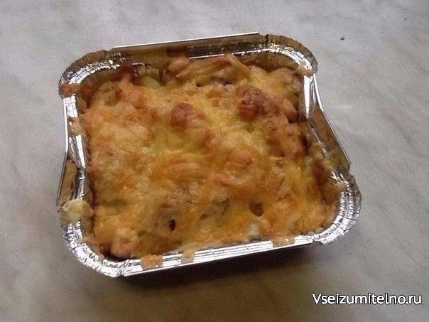 Гратен с курицей  Ингредиенты:  - 500 грамм картофеля - 250 филе куриного - 200-300 грамм сыра - Соус грибной или чесночный  Приготовление:  1. Тарелочки купил в супер маркете так как горшочков у меня нет😩 2. Филе нарезаем кубиками не большими и обжариваем до полу готовности и не забудьте посолить и по перчить 3. Пока жарится филе натекаем сыр на крупную терку 4. Картофель нарезаем ломтиками закидываем в пакет солим и в пакете перемешиваем 5. Дальше выкладываем все по фото Картофель Курица…