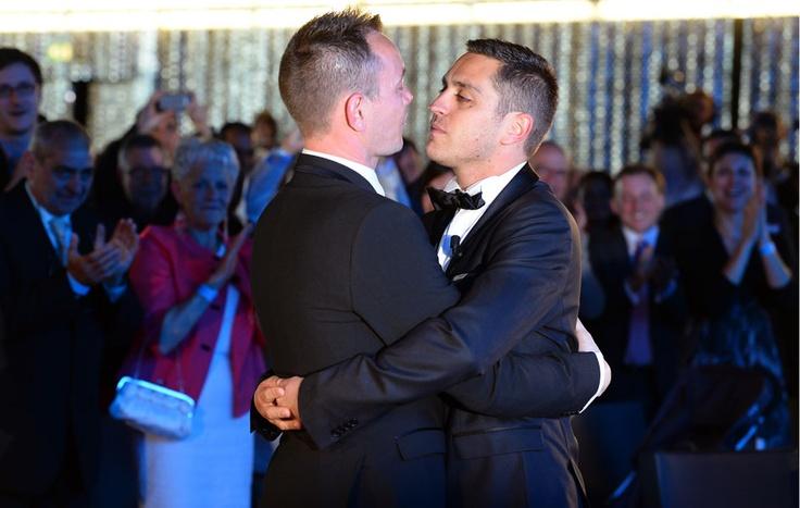 A Montpellier, in Francia, è stato celebrato il primo matrimonio gay del paese. Il parlamento francese ha approvato la legge il 23 aprile. La Francia è il 14° paese al mondo ad aver approvato le nozze tra persone dello stesso sesso. (Gerard Julien, Afp)