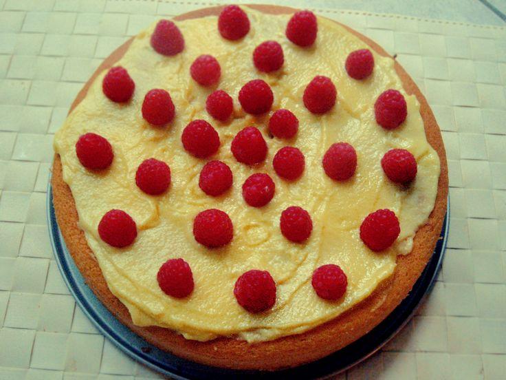 Una torta gustosa ricca di crema pasticcera decorata con i lamponi freschi, preparata apposta per il mio compleanno. Per prima cosa preparare una bella crema pasticcera: in un pentolino sbattere 3 ...