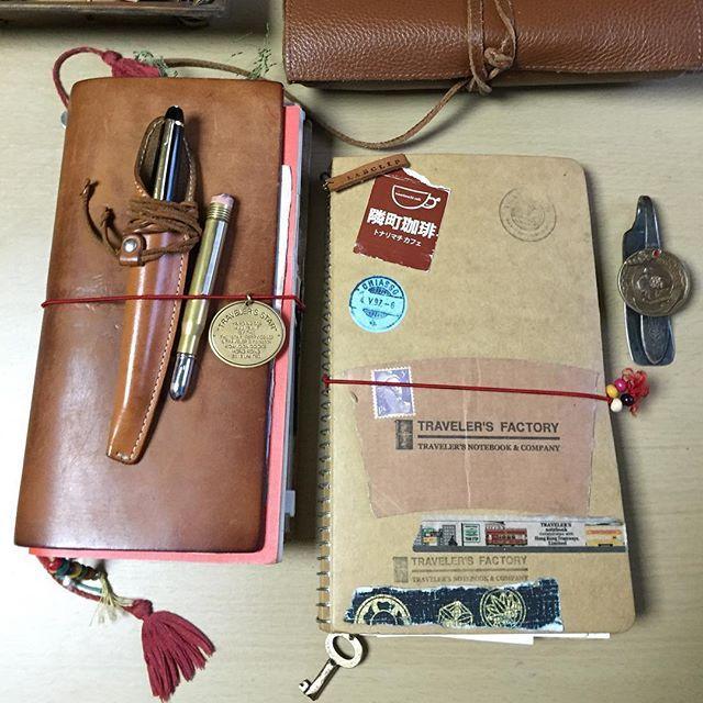 やはり自分の中ではキャメル強し❗️ My favorite Traveler's Notebook is definitely camel The tool wrap is Staedtler's in the same color. What's your favorite?  #travelersnotebook#travelersfactory#トラベラーズノート#トラベラーズファクトリー #midoritravelersnotebook#手帳#stationery #diary#文具#日記#文房具#notebook#journal#midorispiralringnotebook#隣町珈琲
