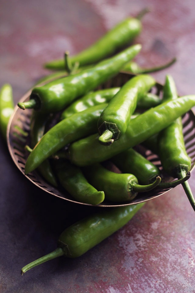 Indian fresh green chili peppers | A Deguster Avec Les ...