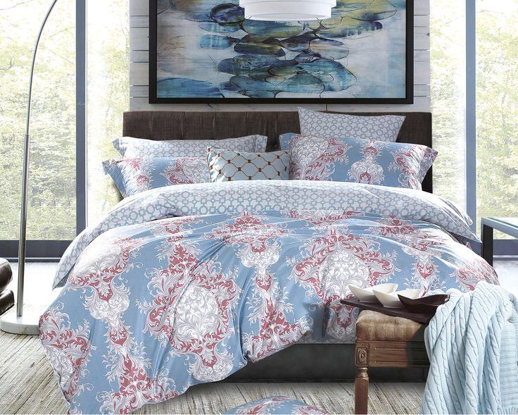 Het dekbedovertrek 'Tucci' van Primaviera Deluxe is aan beide kanten bedrukt. Aan de ene kant van het dekbedovertrek is gekozen voor een mooie blauwe achtergrond met daarop een prachtige, klassieke, sierlijke print in wit, grijs en rood.
