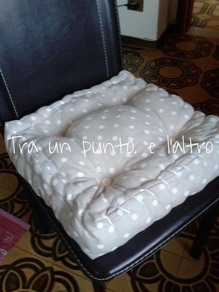 """Il cuscino trapuntato imita i materassi di una volta, riempiti di lana da """"rinfrescare"""" una volta l'anno. Oggi decorano le nostre case con unicità e stile."""